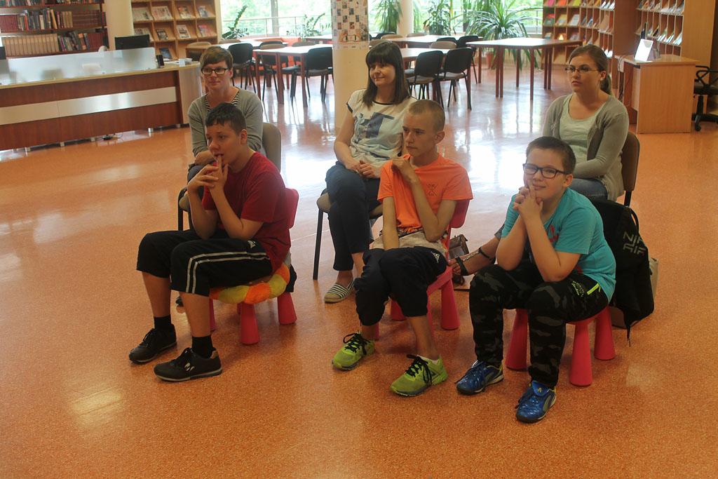 Artykuł: Uczniowie Zespołu Szkół nr 4 w bibliotece