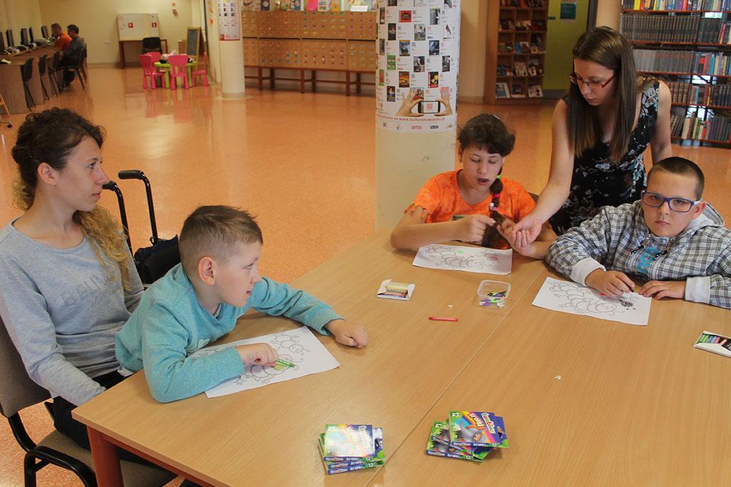 Artykuł: Uczniowie SOSW na zajęciach czytelniczych w bibliotece