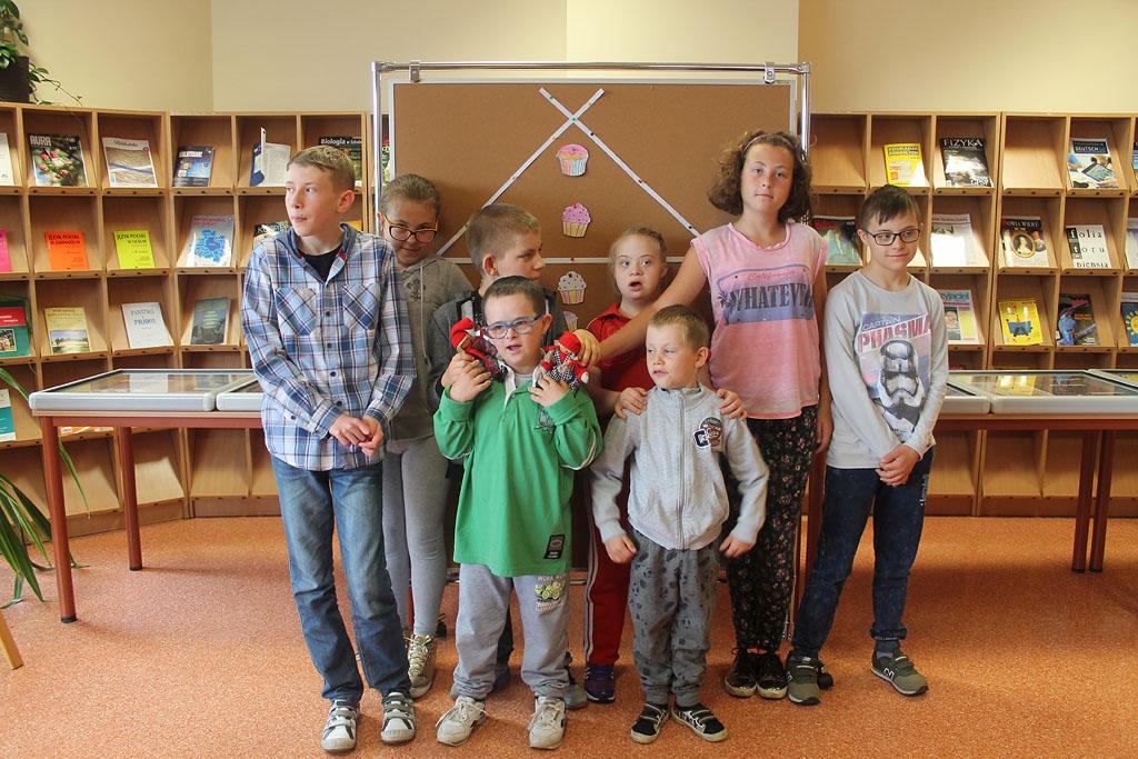 Artykuł: Uczniowie z NASZEJ SZKOŁY w bibliotece